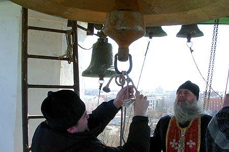 Колокол храма Михаила Архангела поднят на колокольню