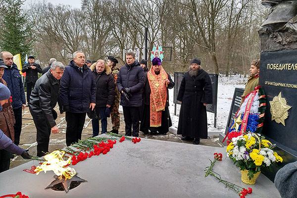 Викарий Орловской епархии освятил памятник Советскому солдату в Башкатово
