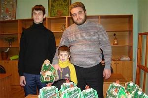Представители епархиального центра «Семья» поздравили многодетные семьи с Новым годом и Рождеством