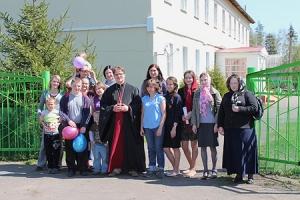 Волонтеры Свято-Троицкого храма Орла поздравили воспитанников глазуновского интерната с праздником Пасхи