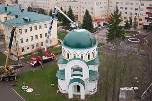 На строящийся храм при областной больнице установлены купол и крест