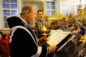 В канун Великого пятка митрополит Антоний совершил утреню с чтением двенадцати Евангелий Страстей Христовых