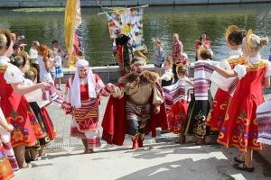 В день памяти святых Петра и Февронии у Александровского моста прошел семейный праздник