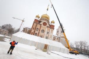 В строящемся Казанском храме на Наугорском шоссе торжественно освящены колокола и накупольные кресты