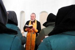 Священник совершил в женской колонии Таинство Соборования для желающих
