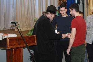 В Знаменском священник напутствовал призывников