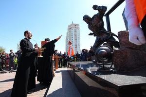 Митрополит Тихон освятил памятник пожарным и спасателям