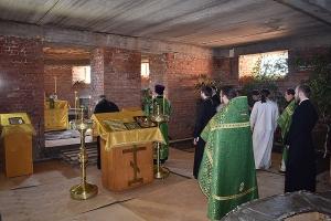 В строящемся храме в честь иконы «Спорительница хлебов» совершена первая литургия