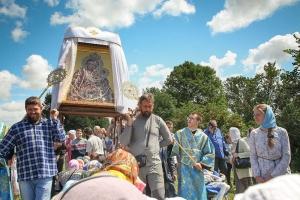 Сотни паломников поклонились болховской святыне — Тихвинской иконе