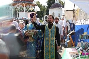 Десятки храмов и монастырей представлены на выставке «От покаяния к воскресению России» при Богоявленском соборе
