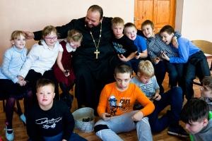 Участники фотокружка при коррекционной школе подготовили репортаж о своей встрече со священником