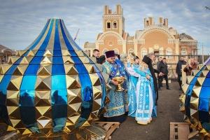 В храме иконы Божией Матери «Спорительница хлебов» освятили купола и кресты