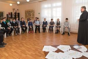 Болховский священник общается с подростками на одном языке