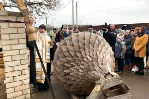 На «Знаменской богатырской заставе» завершается строительство храма. Архипастырь освятил его купол и крест