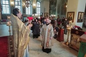 «Мост, по которому можно пройти в жизнь вечную»: в Успенском соборе Орла состоялась молодежная литургия