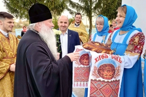 Митрополит Тихон освятил источник в честь иконы Божией Матери «Знамение» в Знаменском районе
