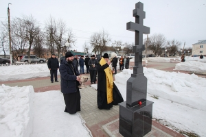 Владыка Тихон освятил крест на воинском кладбище в Болхове