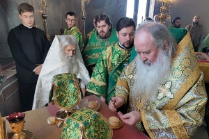 Митрополит Тихон и схиархимандрит Илий совершили богослужение в храме святой Матроны в день его престольного праздника