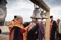 Архиепископ Орловский и Ливенский Антоний освятил колокола и крест стоящегося храма в деревне Спицыно Орловского района. 23 апреля 2014 г.