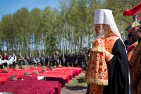 Митрополит Орловский и Болховский Антоний принял участие в церемонии перезахоронения останков погибших воинов на Кривцовском мемориале. 7 мая 2015 г.