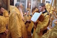 В канун Недели 29-й по Пятидесятнице, святых праотец, митрополит Орловский и Болховский Тихон возглавил всенощное бдение в Ахтырском кафедральном соборе Орла. 26 декабря 2020 г.