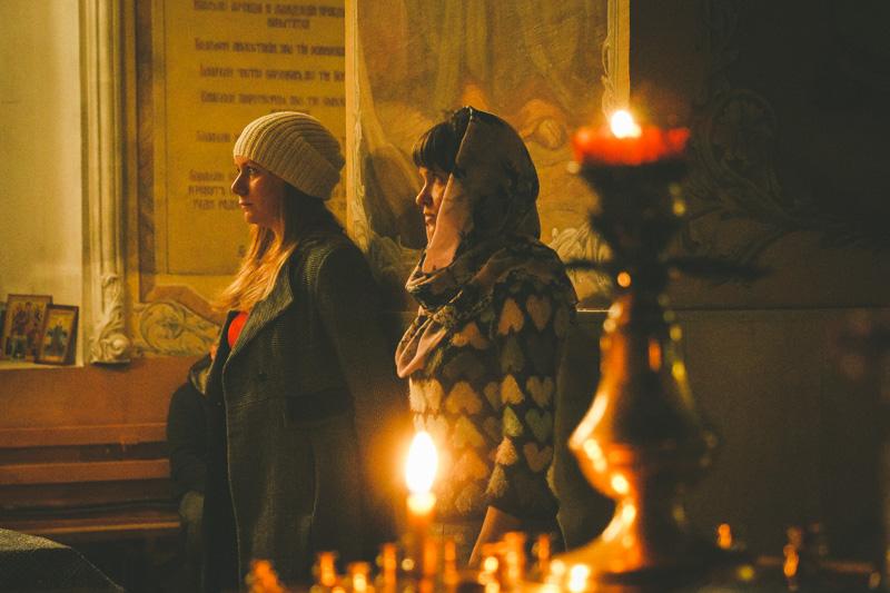 Орловская православная молодежь молилась за ночной литургией в Богоявленском соборе