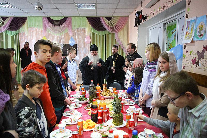 Владыка Тихон поздравил с Пасхой Христовой подопечных социально-реабилитационного центра для несовершеннолетних