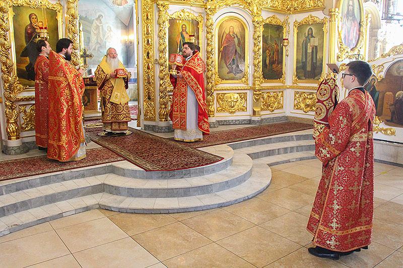 В Неделю жен-мироносиц Владыка Тихон совершил литургию в Богоявленском соборе