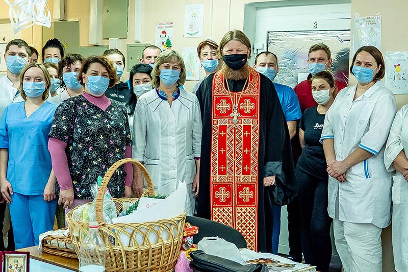 Священник и гимназисты поддержали врачей COVID-отделения Кромской больницы