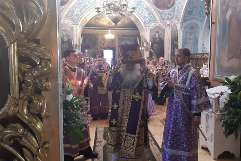 Православные христиане отмечают праздник Изнесения Животворящего Креста Господня